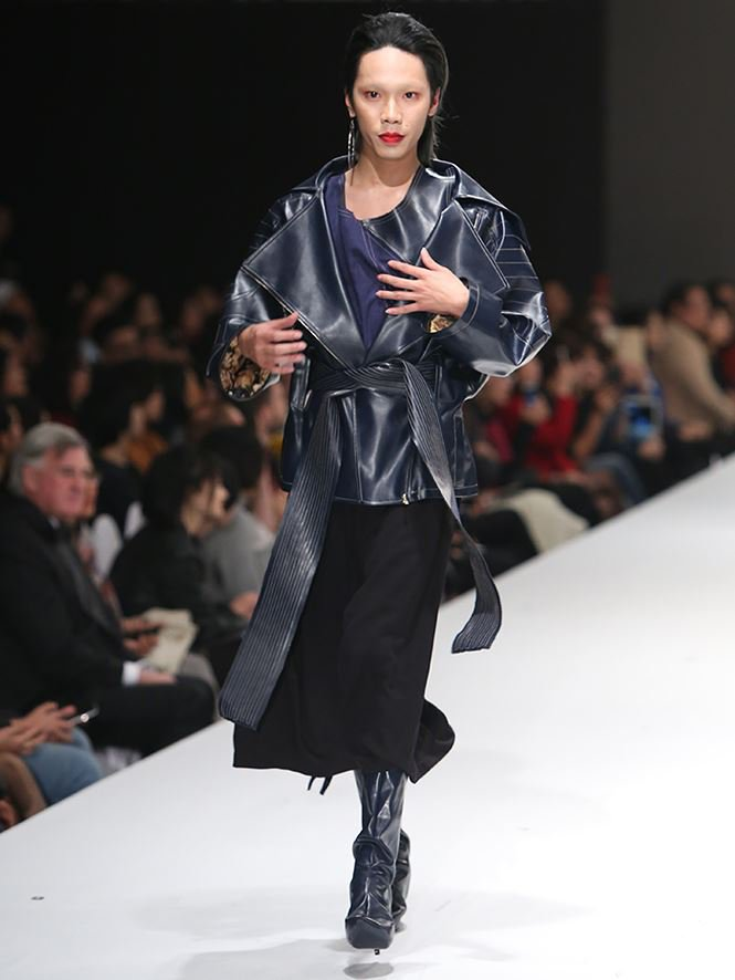 Giving up study abroad for Fashion Design, a young designer brings his mother to the catwalk stage0.9724033428345279