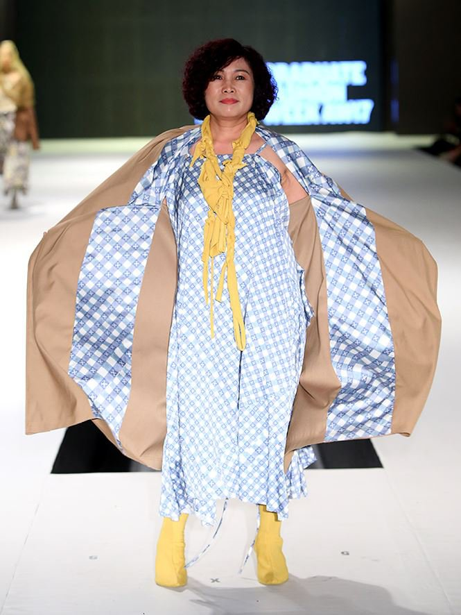 Giving up study abroad for Fashion Design, a young designer brings his mother to the catwalk stage0.9249636557202363