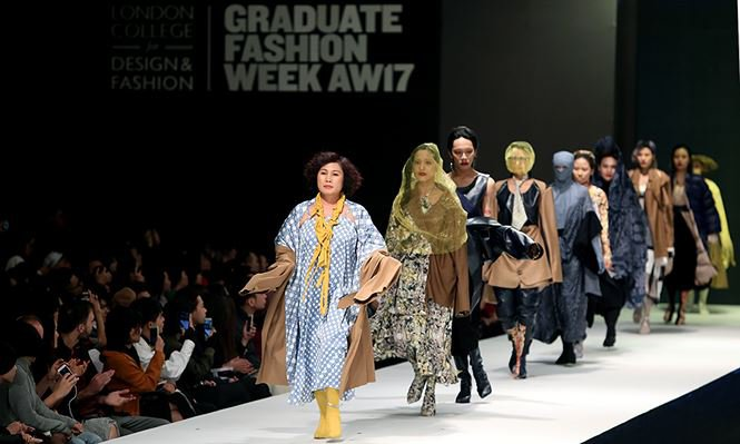 Giving up study abroad for Fashion Design, a young designer brings his mother to the catwalk stage0.2822775878485715