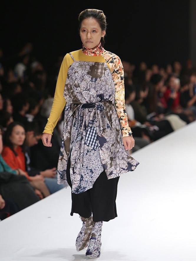 Giving up study abroad for Fashion Design, a young designer brings his mother to the catwalk stage0.782770512547218