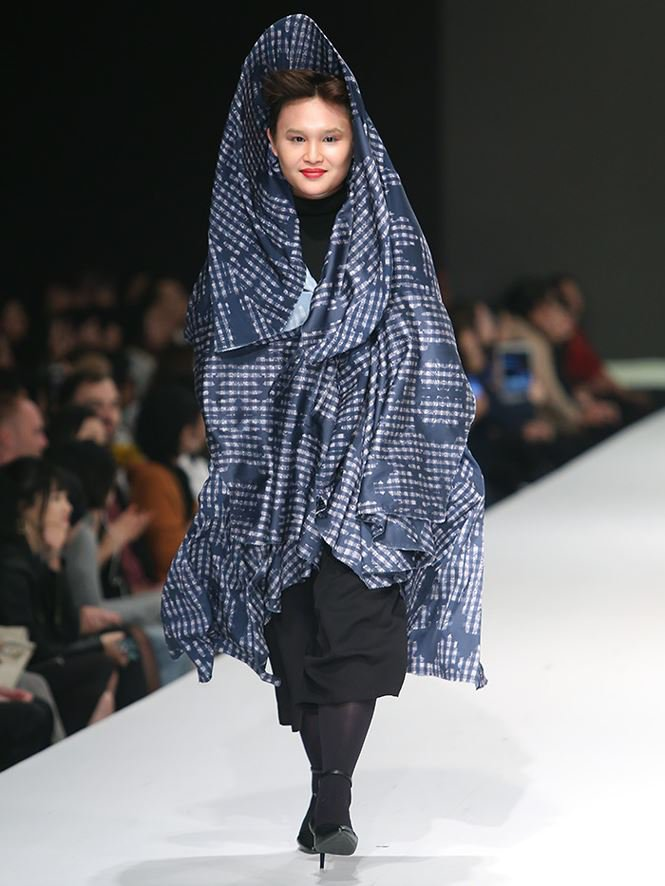 Giving up study abroad for Fashion Design, a young designer brings his mother to the catwalk stage0.5198641504248054