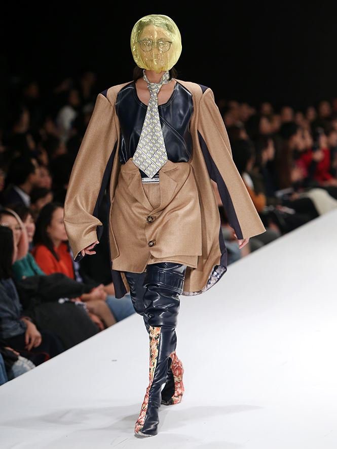 Giving up study abroad for Fashion Design, a young designer brings his mother to the catwalk stage0.7541818103892309